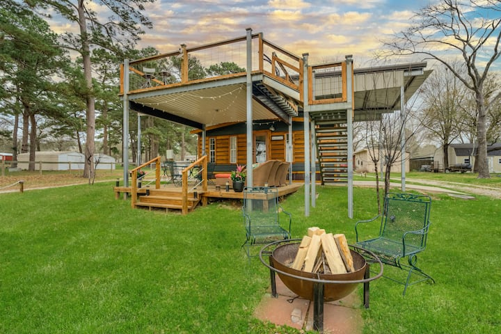 Glamp Waterfront in Luxury Tiny Cabin -Lake Conroe
