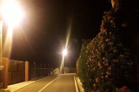 Gerai apšviestas takas, vedantis link įėjimo