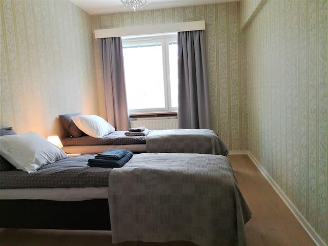 Makuuhuoneessa on pimennysverhot sälekaihtimien lisäksi kesän valoisia öitä pimentämään. Vuoteet, liinavaatteet ja pyyhkeet ovat uusia.