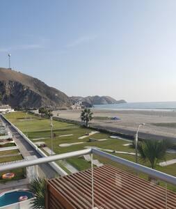 La casa es un flat muy espacioso en un tercer piso.  Hay escaleras para subir y bajar a la playa.