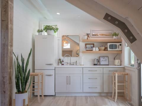 Newly renovated 1950's East Hill Hideaway