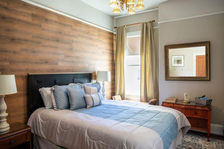 Private Cozy Bedroom  - Queen Bed sleeps 2