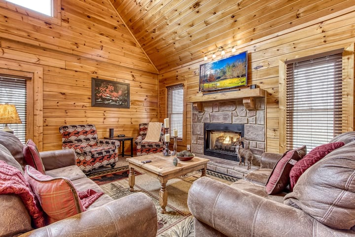 ★★ Luxe Mountain Getaway | 2 BR, Hot Tub, Wifi ★★