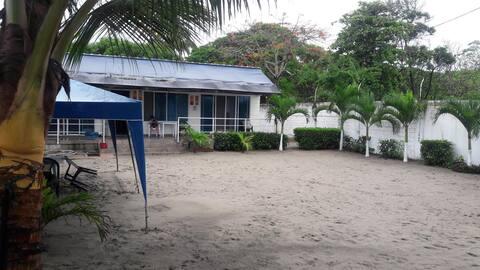Casa al Mar... Independiente y cómoda en Tonsupa.