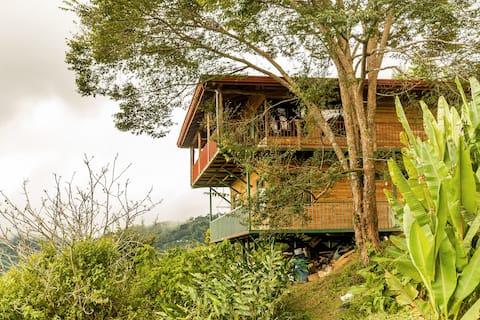 Lägenhet med utsikt över bergsateljé med utsikt över staden