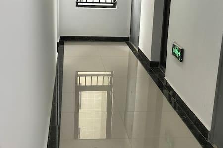 地面宽敞整洁,无台阶