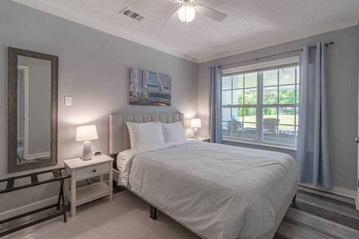 """Second bedroom with queen size bed. New 12"""" premium memory foam mattress along with very soft 680 thread count bedding."""