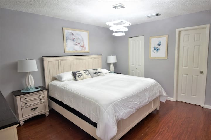 Lovely 2 Bedroom Townhouse near Galleria KING bed