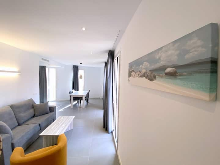 CC2B Beautiful renovated apartment located in the center of Castello d'Empuries