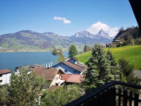 Ein See umgeben von Bergen- Willkommen im Paradies