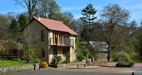 The Pavilion: cosy cottage in private woodlands