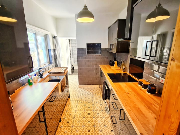 3 Bedroom family home - FREE NETFLIX and PARKING