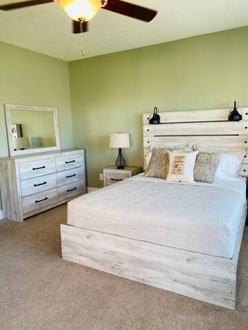 Lower-Level Master Suite - Queen Bed