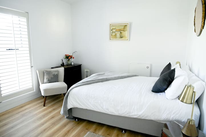 Bedroom with a queen size bed. Beautifully furnished and luxurious linen.