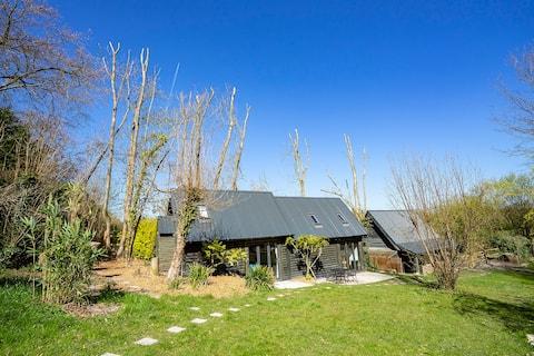 美麗的木屋,坐落在迷人的草地上