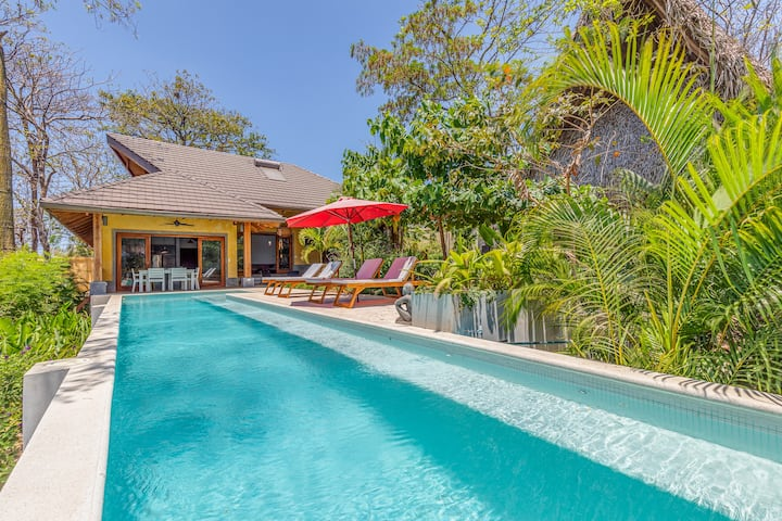 Balinese style villa w/inf.pool in charming Pelada