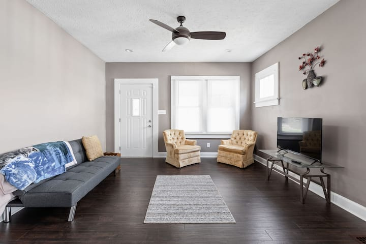 Comfy Indy Getaway with Space for 7!