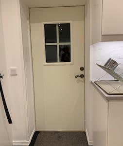 Dörren är 90 cm bred.