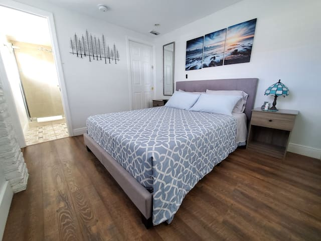 The suite has a private entrance, private parking spot, private bathroom and Kitchenette.  You also have a 4K Smart TV with high-speed internet so you can watch your favourite movies and shows in Netflix, Amazon Prime, Disney+, HBO and many more!