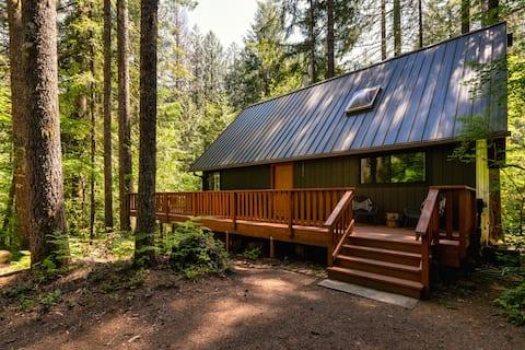 Retro Modern Cabin on Creek+Hot tub - Dog Friendly