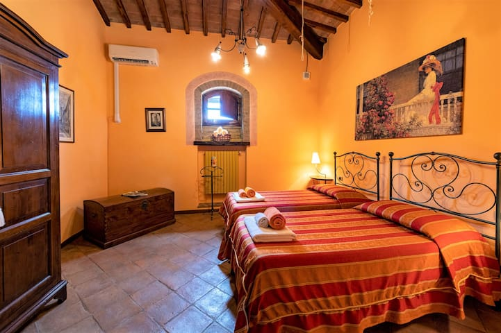Orange bedroom (2 single beds)