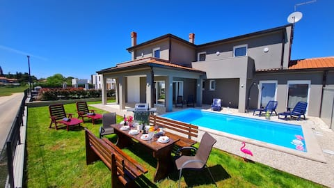 New luxury-4 bedroom  house with private pool