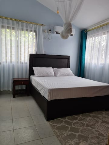 Bedroom 4 with comfortable bed, air conditioning and mosquito net