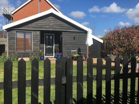 Cosy but surprisingly spacious cabin in Debenham