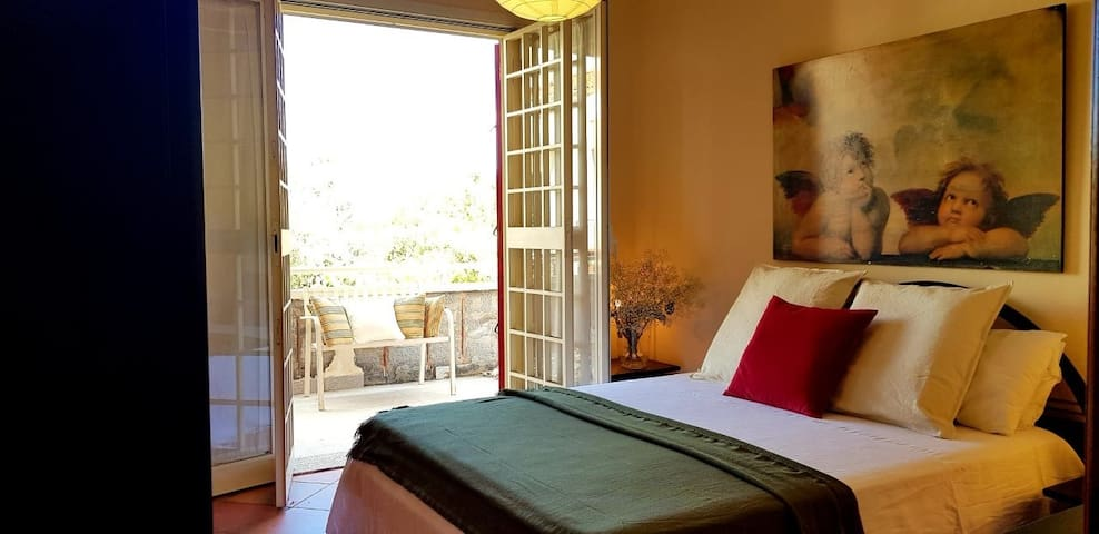 Double bedroom with balcony , view on the sicilian country. Chambre double avec balcon, vue sur la campagne sicilienne.