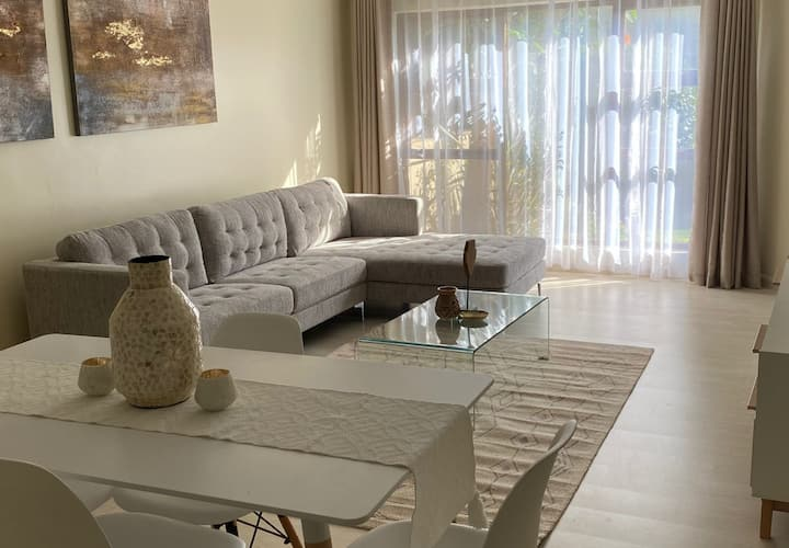 Modern 2 bed apt with full office+tranquil garden.