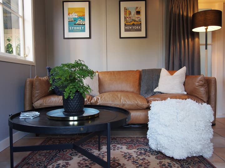 Pukenui Guesthouse: private upmarket city cottage