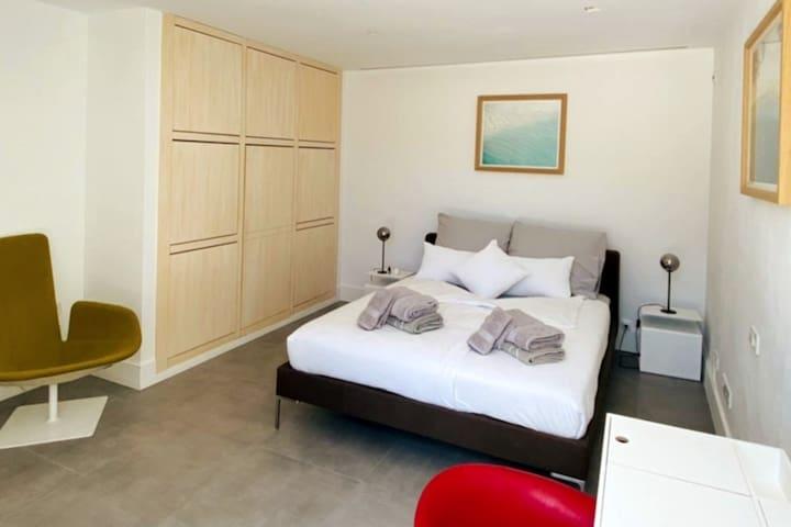 Schlafzimmer 3 Obergeschoss mit großer Fensterfront und großzügiger Balkonterrasse