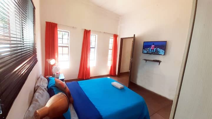 Cozy Hatfield Room | Personal DSTV | Free WIFI