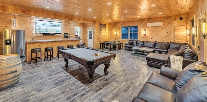GreenStone Getaway - 5,000SF & Sleeps 21 / Hot Tub