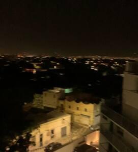 Iluminación en la calle fuera del complejo de noche