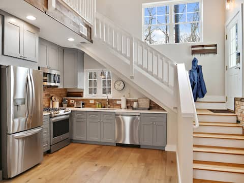 The Kroll House Loft - Location, Comfort, and Fun!