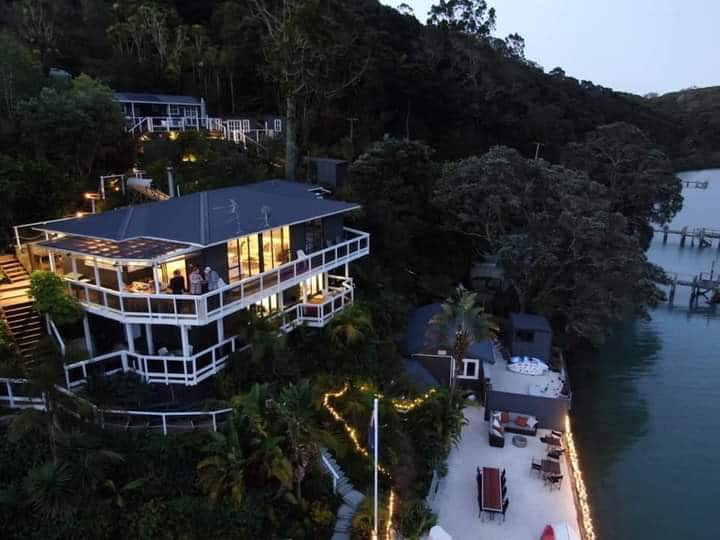 "Kawau View Chalet ""Tereyna"" with shared bathroom"