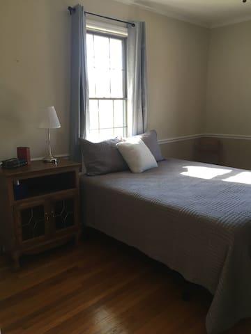 """Queen Room """"Front Room"""" - (1st Floor)"""