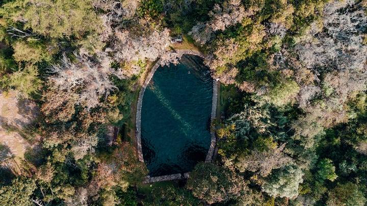 Hermosa habitación colonial con piscina natural