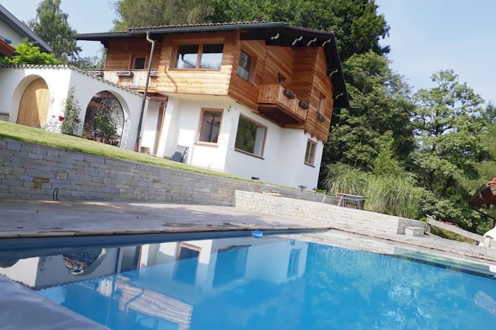 Sonnige Traumvilla mit Pool, Terrasse & Bergblick