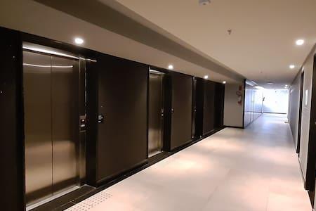 Corredor dos elevadores, igual em qualquer andar.