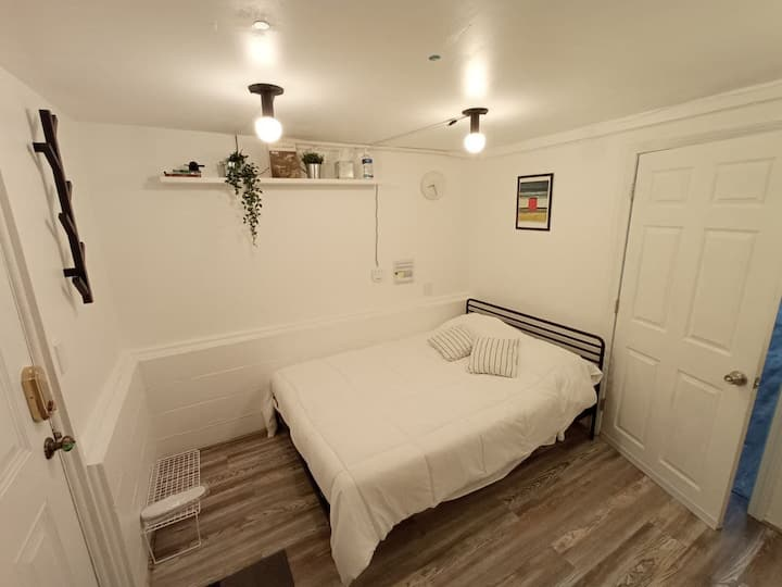 Cozy room with private entry near Tufts/Davis