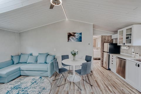 Modern & Cozy apartment - perfect getaway!
