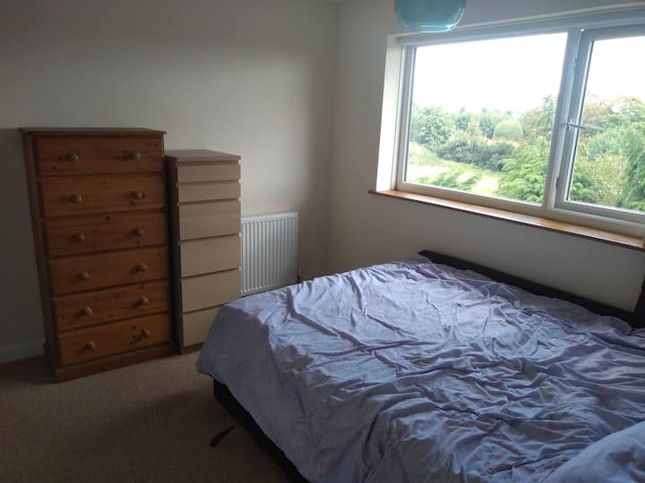 Light, airy double room available for longer term