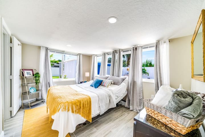 Bedroom #2 offers a Queen size adjustable bed for a relaxing night sleep.  Spacious walk in closet and a dresser to unpack and settle in to a day of relaxing poolside.