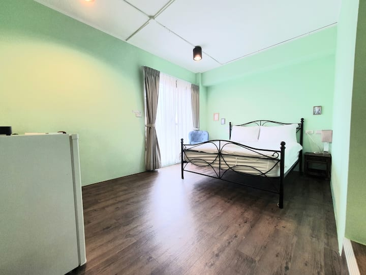 Green double room with balcony, 5 min to MRT