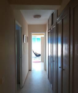 pasillo desde el living a la habitación y balcón. Armarios de la derecha, los de artículos de plancha y limpieza. PUERTAS DE 70