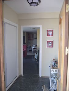 En el recibidor, hay luz al entrar y en la puerta interior, se enciende/apaga la luz del salón.
