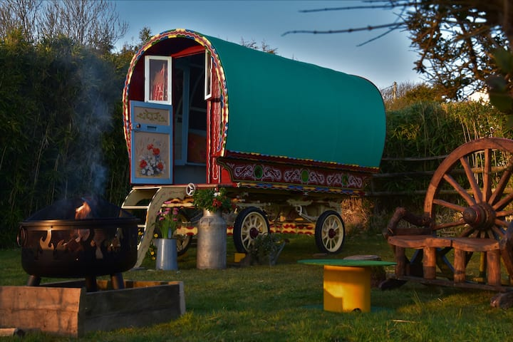 Stunning Gypsy Caravan with access to private lake