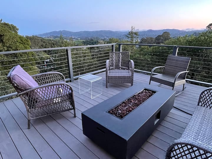 VIEWS, Hottub, fireplace 3BR home. Perfect getaway